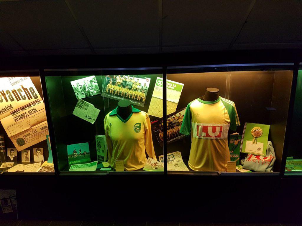 Relikwieën, zoals oude shirts, foto's en affiches, krijgen een prominente plek in het museum.