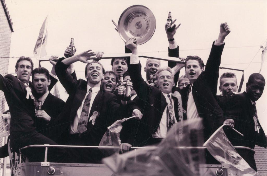 Een foto van de feestelijkheden rondom het kampioenschap van 1995 is terug te vinden in het museum. Geheel links Fernando Ricksen. In het midden: Mark van Bommel.