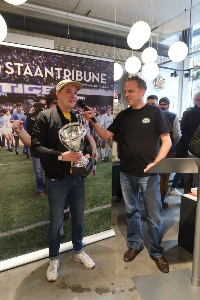 Freek van Kraaikamp met de felbegeerde Staantribune Cup met de Grote Oren. Rechts Staantribune-hoofdredacteur Jim Holterhuës.
