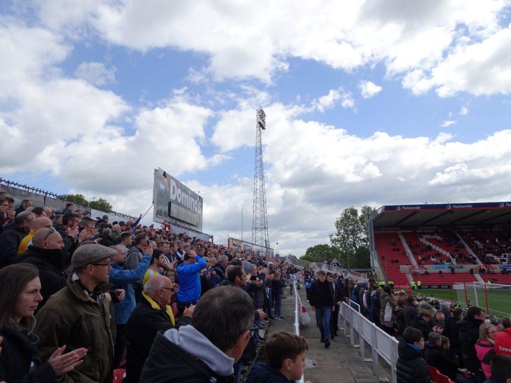 Notts-supporters in hun voorlopig laatste EFL-awayday bij Swindon.