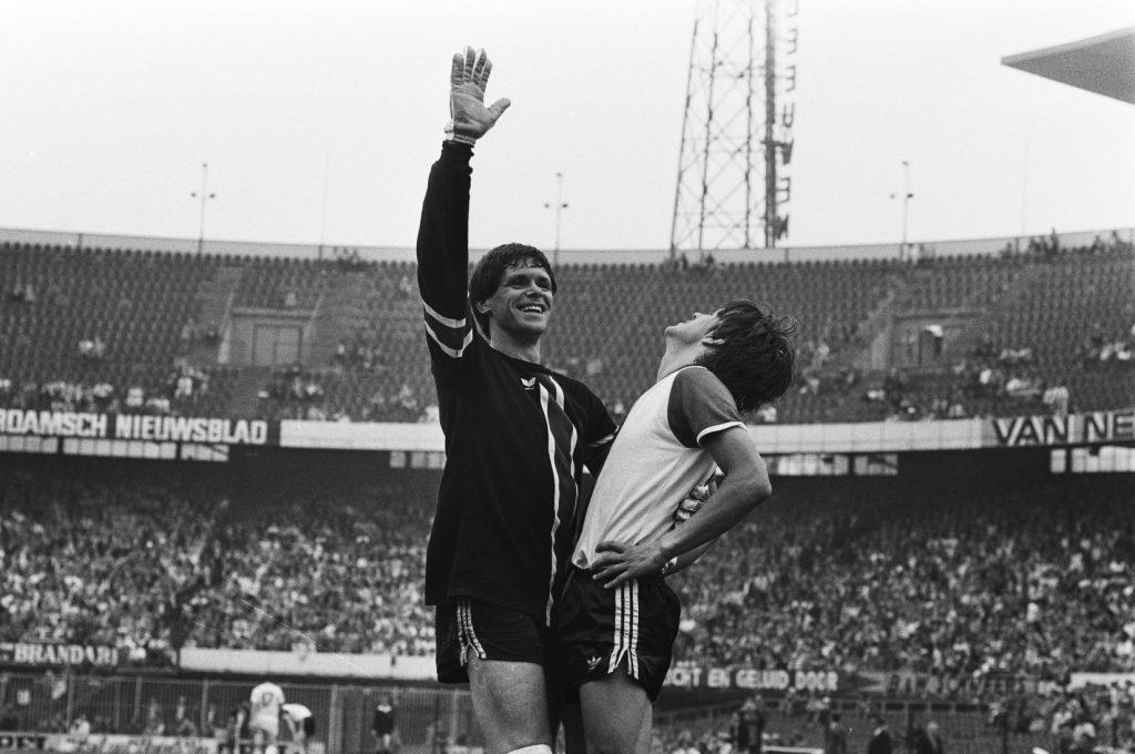 Juichende Jongbloed met een geblesseerde Feyenoorder, Feyenoord - Roda JC (1979)
