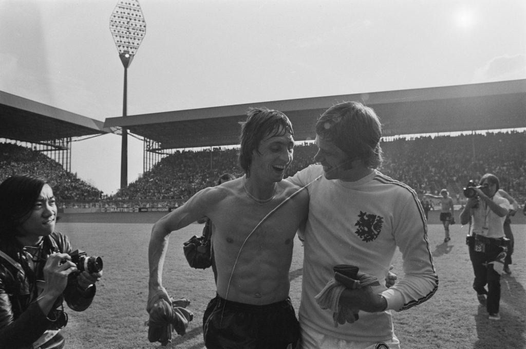 WK 1974, na afloop van Nederland - Bulgarije 4-1 met Johan Cruijff